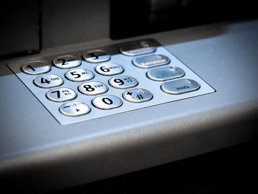 Geldautomat mit Behinderung bedienen