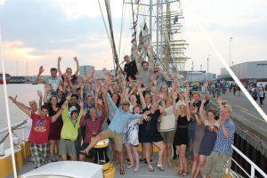 Teilnehmer auf dem Segelschiff