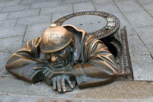 Eine bekannte Sehenswürdigkeit in Bratislava ist der Cumil - der Gucker.