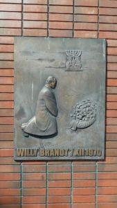 Im Dezember 1970 kniete Brandt in Warschau vor dem Denkmal nieder.